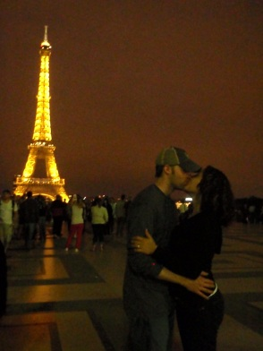 Eiffel Tower kisses